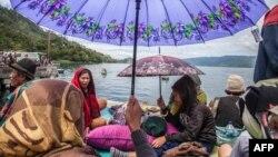 Warga berkumpul di pinggir Danau Toba (20/6) menunggu kabar anggota keluarga sementara tim penyelamat mencari korban penumpang Kapal Motor Sinar Bangun yang tenggelam di Danau Toba.