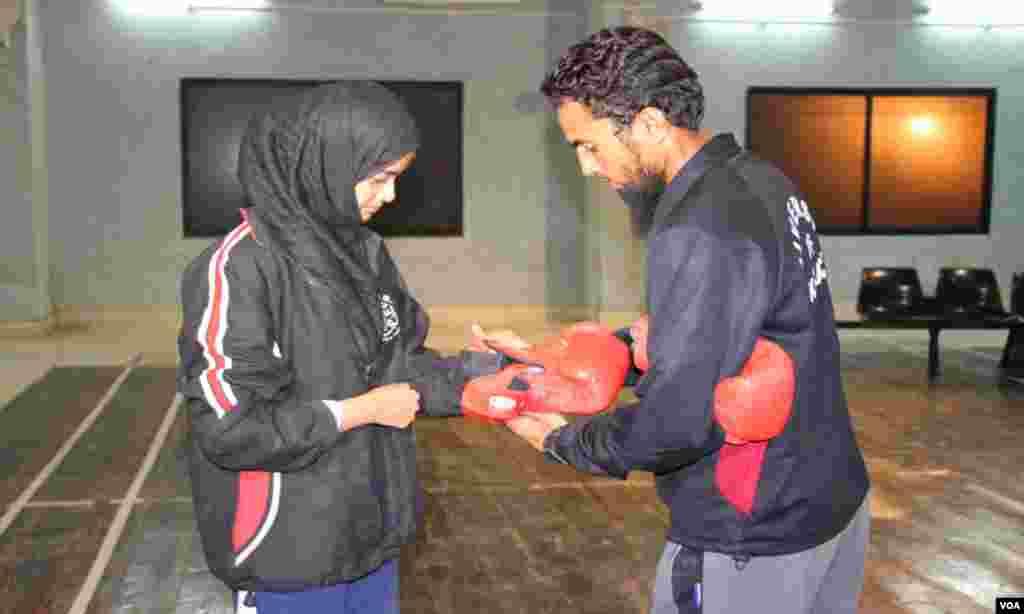 لڑکوں کو باکسنگ سکھانے والے ٹرینرز اب لڑکیوں کو بھی سکھا رہے ہیں