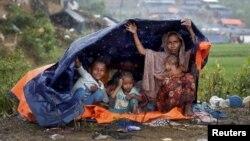 지난 17일 방글라데시 콕스바자르의 난민수용소에서 미얀마 소수민족 로힝야족이 비를 피하고 있다.