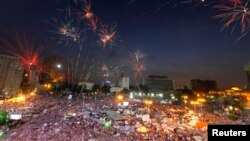 Pháo bông tỏa sáng trên bầu trời trong khi người biểu tình chống Tổng thống Morsi tụ họp tại Quảng trường Tahrir trong thủ đô Cairo của Ai Cập, 2/7/13
