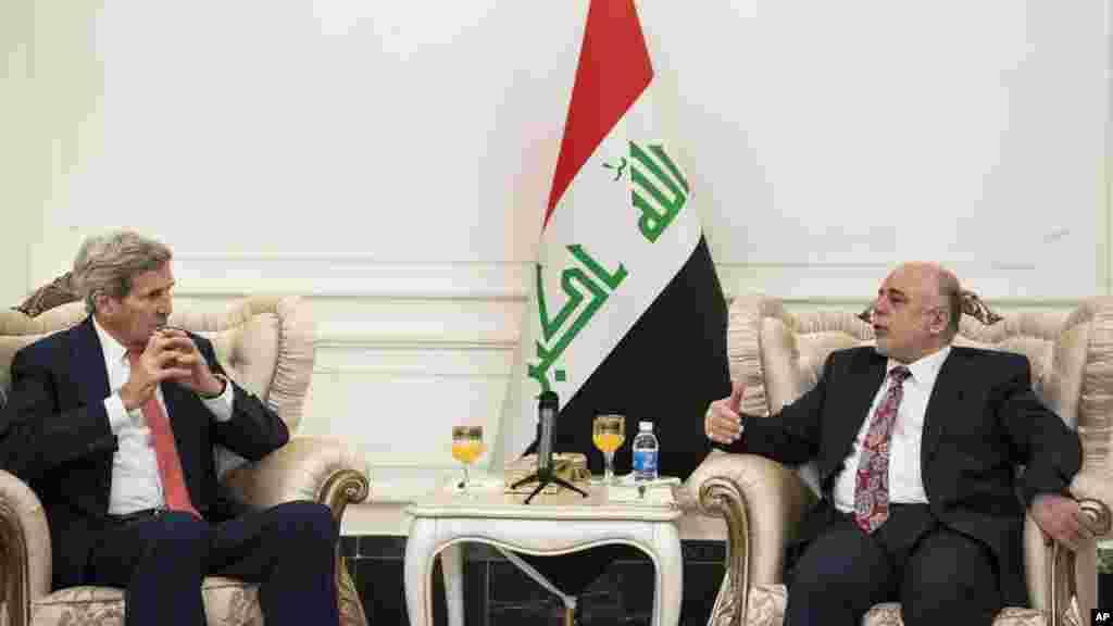 Državni sekretar Džon Keri sa iračkim premijerom Haidarom al Abadijem na početku posete Bliskom istoku, čiji je cilj da se učvrsti široka koalicija za borbu protiv džihadista Islamske države koji su zauzeli delove Iraka i Sirije. 10. septembar, 2014.