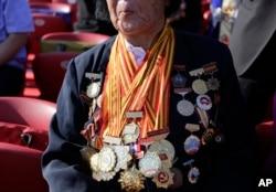 资料照:中国全国人大代表申纪兰展示她所获的奖章和勋章。(2015年9月3日)