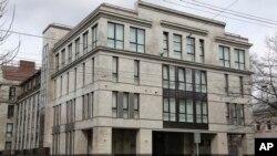 """Cet immeuble de quatre étages connu comme """"l'usine à trolls"""" pro-Poutine à Saint-Pétersbourg, en Russie, abrite des centaines de jeunes employés s'activant jour et nuit pour inonder l'internet de messages."""