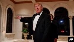 美国总统川普在佛罗里达州海湖庄园前去参加除夕晚会时对记者讲话。(2017年12月31日)