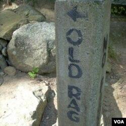 Awal pendakian di jalur Old Rag ditandai dengan papan batu ini.