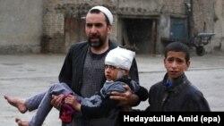 Bé gái bị thương trong một vụ đánh bom tự sát nhắm vào cơ sở của Bộ Quốc phòng ở Kabul, Afghanistan, ngày 19/4/2016. Phe Taliban đã phát động chiến dịch mùa Xuân của họ tại Afghanistan vào ngày 12/4, và thề sẽ thực hiện các vụ đánh bom tự sát và các cuộc tấn công khác chống lại các lực lượng an ninh Afghanistan.