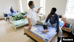 Seorang petugas kesehatan merawat pasien TB di sebuah klinik di KwaZulu Natal, Afrika Selatan (foto: ilustrasi).