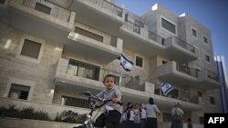 Một bé trai người Do Thái đạp xe trong khu phố Maale Hazeitim trong khu vực đông Jerusalem