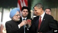 Rais Barack Obama akiwa na Waziri Mkuu wa India Manmohan Singh.