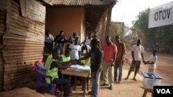 Suasana di salah satu TPS di Bissau, Guinea-Bissau (18/3).