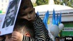 Сергей Зражва 9 мая пришел с внуком Иваном рассказать о своем деде, герое Советского Союза Людвиге Куристе