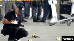 菲律賓警察在馬尼拉國際機場兇案現場收集犯罪證據。