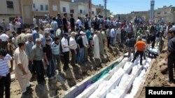 Похороны жертв обстрела в Хуле, Сирия