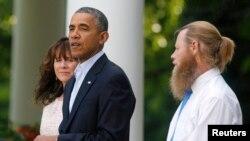 د امريکې صدر باراک اوباما د خالي په ورځ اعلان کړی چې طالبانو تښتولی امريکايي عسکر برگډال اخر چې ازاد شو ، په دغه مهال نوموړي سره د برگډال مور پلار هم موجود ؤ .