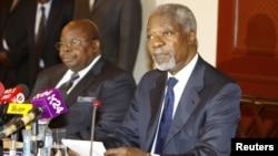 Former U.N. Secretary-General Kofi Annan (R) attends a news conference with former President of Tanzania Benjamin Mkapa in Nairobi, Kenya, October 11, 2012.