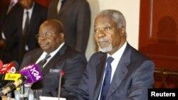 Benjamin Mkapa, yahoze ari perezida wa Tanzaniya, i bubamfu, ari kumwe na Kofi Annan yahoze ari umunyamabanga mukuru w'ishirahamwe O-N-U, i buryo.