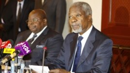 Former U.N. Secretary-General Kofi Annan (R) attends a news conference with former President of Tanzania Benjamin Mkapa in Nairobi, Kenya, October 11, 2012.