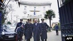 Đại sứ Hy Lạp Michael E. Cambanis (thứ 2 từ phải) rời khỏi sứ quán ở Rome, 27/12/2010