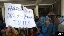 Aksi protes warga Surabaya yamg kontra dengan kehadiran Dolly