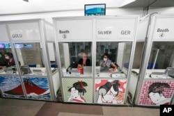Penerjemah di Olympic Press Center Olimpiade Musim Panas 2020 di Tokyo, Jepang, Jumat, 30 Juli 2021. (AP)