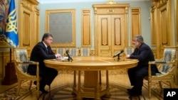 Ukraina Prezidenti Petro Poroshenko (chapda) lavozimidan bo'shatilgan Igor Kolomoyskiy bilan uchrashmoqda, Kiyev, 25-mart, 2015-yil