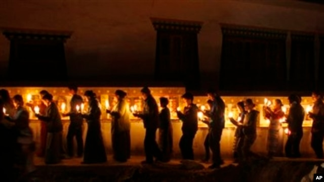 People, many of them Tibetan exiles, hold candle light vigil in solidarity with Tibetans who have self-immolated, Katmandu, Nepal, Feb. 13, 2013.