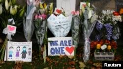 新西兰发生枪击案的林伍德清真寺悼念遇难者的鲜花(2019年3月16日)