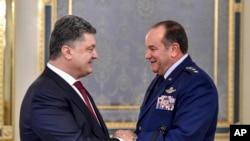 Петр Порошенко и командующий ВС США в Европе генерал Филипп Бридлав