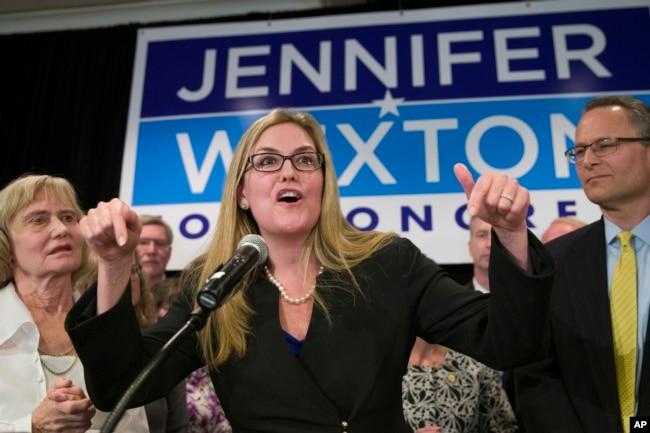 La demócrata Jennifer Wexton habla tras la victoria electoral tras vencer a Barbara Comstock, republicana por Virginia, el martes, 6 de noviembre de 2018, en Dulles, Virginia.