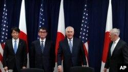 從左至右:日本防相小野寺五典、日本外相河野太郎、美國國務卿蒂勒森和美國防長馬蒂斯在美國國務院舉行的安全磋商委員會會議開始之前合影。(2017年8月17日)