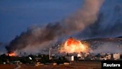 Khói lửa bốc lên trên bầu trời thị trấn Kobani sau một cuộc không kích, 20/10/2014.