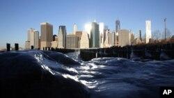 U Njujorku je temperatura 7. januara iznosila minus 10 Celzijusovih stepeni, dok je zbog udara vetra delovalo kao da je 20 stepeni ispod nule.