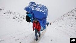 Seorang sherpa membawa perlengkapan para pendaki gunung Everest di Nepal (foto: ilustrasi).