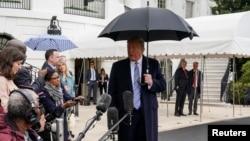 Президент Трамп розмовляє з журналістами 28 березня перед тим, як відбути на військову базу у Норфолку, Вірджинія