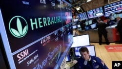 Mientras el Congreso realiza audiencias para determinar si Herbalife realmente utiliza un sistema piramidal ilegal, la compañía asegura que esta batalla la está haciendo perder mucho dinero.