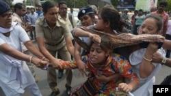 پلیس هند فعالانی را که در کلکته علیه تجاوز گردهمایی کرده اند بازداشت می کند.