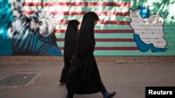 تصاویر ضدآمریکایی روی دیوار سفارت سابق آمریکا در تهران - آرشیو