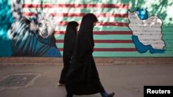 بخشی از دیوارهای اطراف ساختمان سفارت سابق ایالات متحده در تهران که تصاویر ضدآمریکایی بر روی آن کشیده شده است.