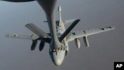 지난해 10월 미 공군 전투기가 ISIL 공습을 지원하기 위해 이라크 상공에서 공중급유를 받고 있다. (자료사진)