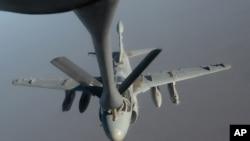 Авион, што учествува во акциите против Исламската држава во Сирија и Ирак, полни гориво додека е во лет. Фотографија на Военото воздухопловство на САД