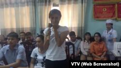 """Báo chí mô tả chị Hương """"nhiều lần rơi nước mắt """" trong buổi trao nhận con."""