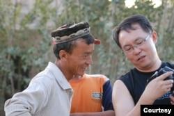 纪录片导演、作家傅志彬2009年8月在新疆旅行时与当地村民交流。(照片由傅志彬本人提供)