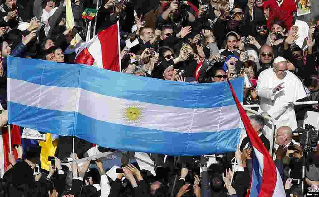 Una gran bandera argentina da la bienvenida al papa Francisco.