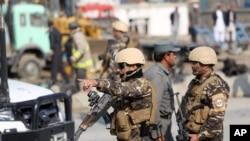 지난달 27일 아프가니스탄 수도 카불에서 정부군 병사들이 폭탄 테러 현장을 수색하고 있다. (자료사진)