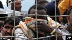 Migranti čekaju na iskrcavanje u italijansku luku Palermo
