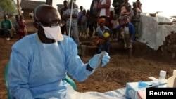 Un médecin donne des médicaments contre la fièvre de Lassa, au Nigeria.