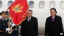 Predsednici Srbije i Crne Gore, Tomislav Nikolić i Filip Vujanović, na aerodoromu Golubovci 18. januara 2013.