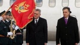 Predsednici Srbije i Crne Gore, Tomislav Nikolić i Filip Vujanović na aerodromu u Golubovcima (AP Photo/Risto Bozovic)