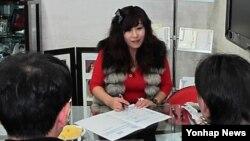 지난 2011년 서울 '원조 남남북녀 결혼 컨설팅' 사무실에서 북한 출신 컨설턴트가 북한 출신 여성과 결혼을 희망하는 한국 남성을 상담을 하고 있다. (자료사진))