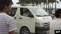 Xe cứu thương đậu bên ngoài sân Vận động Mỹ Đình ở Hà Nội sau vụ nổ pháo hoa giết chết 4 người và làm bị thương 3 người khác, ngày 6/10/2010